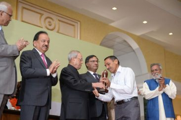 Arvindbhai receiving the National Grassroot Innovation award on behalf of Vallabhbhai